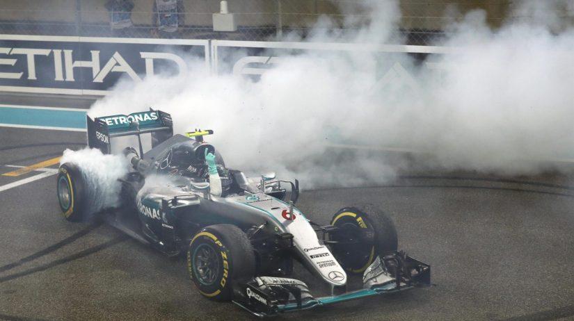 """Nico Rosberg, celebrando su título con unos """"donuts"""" en línea de meta"""