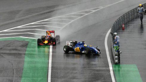 El Sauber de Marcus Ericsson, atravesado en la entrada del pitlane