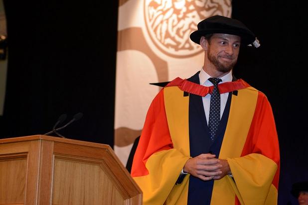 Jenson Button durante su nombramiento como Doctor Honoris Causa en Ingeniería