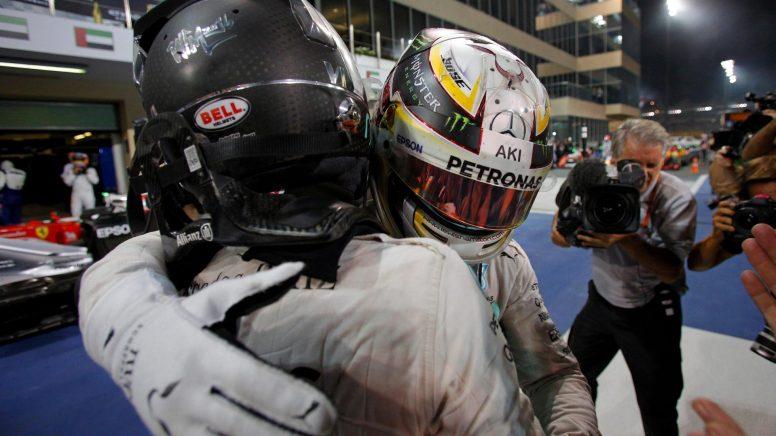 Hamilton, felicitando a Rosberg tras la finalización de la carrera