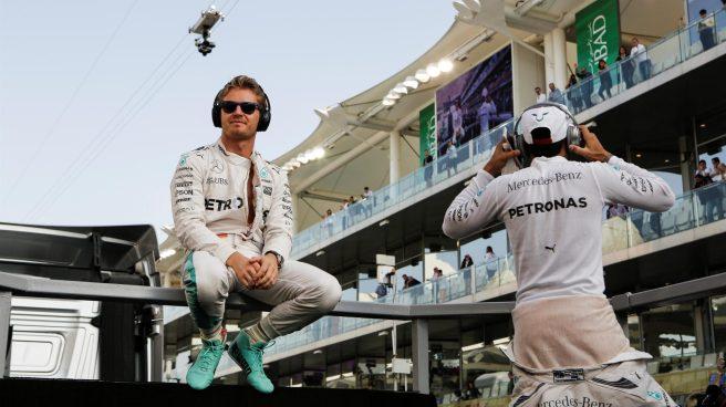 Nico Rosberg y Lewis Hamliton, enfrentados por la estrategia del británico en Yas Marina