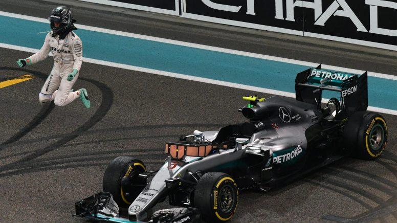 Nico Rosberg, saltando feliz tras cruzar la meta en Abu Dhabi