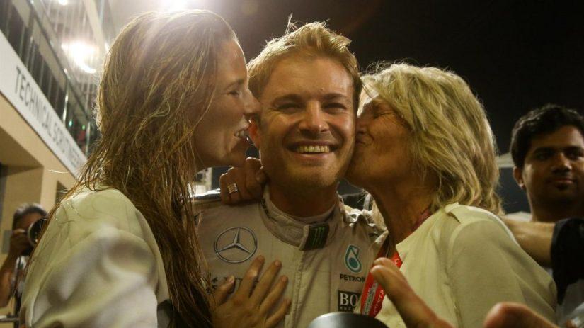 Rosberg, festejando su título junto a su mujer y su madre en Yas Marina