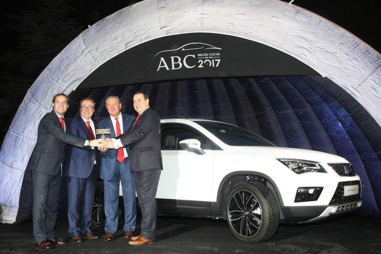 La directiva de Seat en España posa con el premio ABC Coche del Año 2017