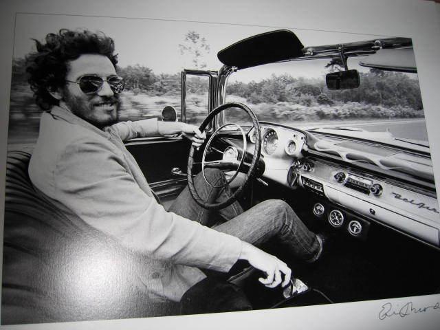 Detalle del libro que acompaña al coche como símbolo de autenticidad