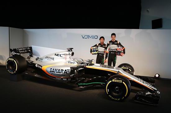 Sergio Pérez y Esteban Ocon delante del nuevo Force India VJM10