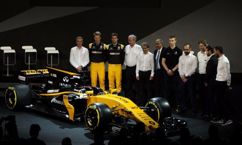 Los pilotos y el staff de Renault Sport, en la presentación del nuevo RS17