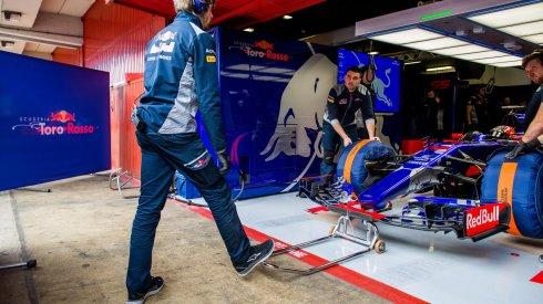 Problemas de transmisión mandaron a boxes al Toro Rosso de Carlos Sáinz