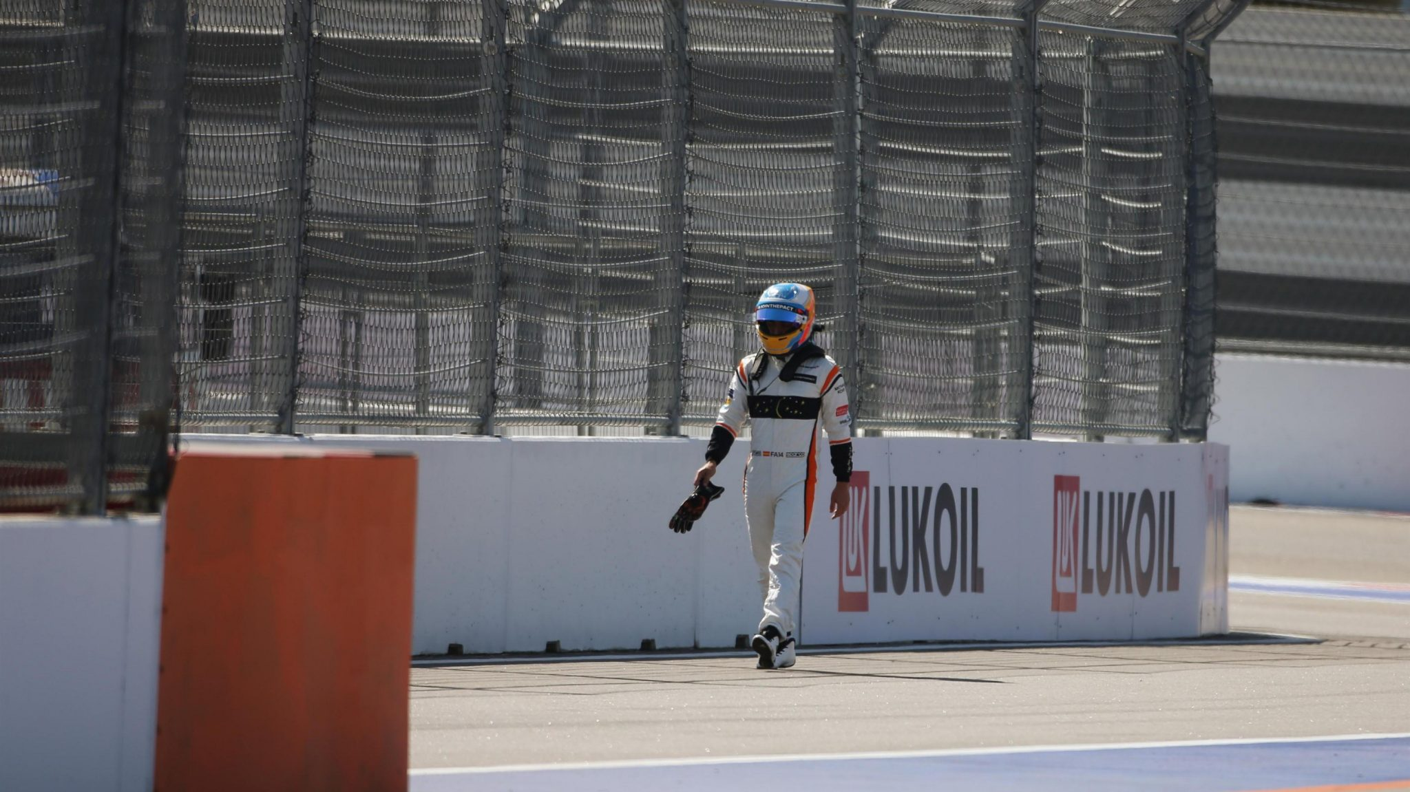 Fernando Alonso, dirigiéndose a boxes, en la más pura imagen de la desolación