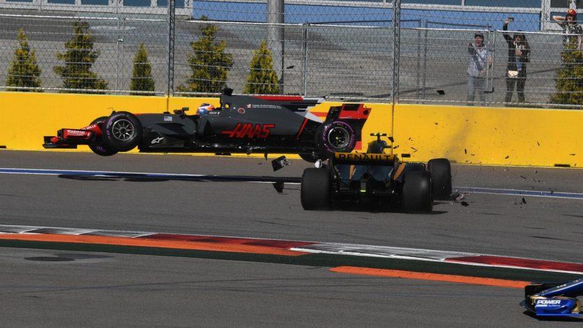 Momento en el que el Renault de Palmer embiste al Haas de Grosjean