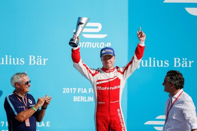 Felix Rosenqvist celebrando su victoria en el ePrix de Berlin